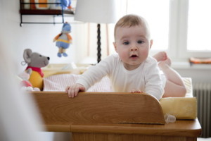 Малыш на пеленальном столике