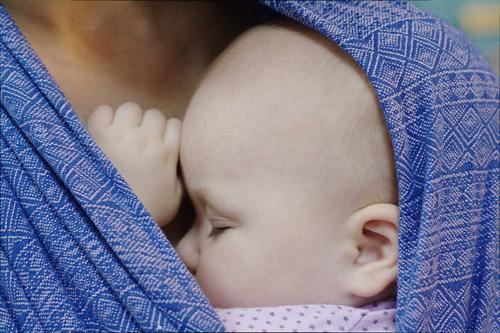 Малыш в слинге